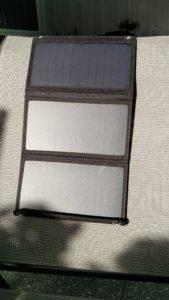"""Bei voller Sonneneinstrahlung wird das Smartphone  """"normal schnell"""" geladen."""