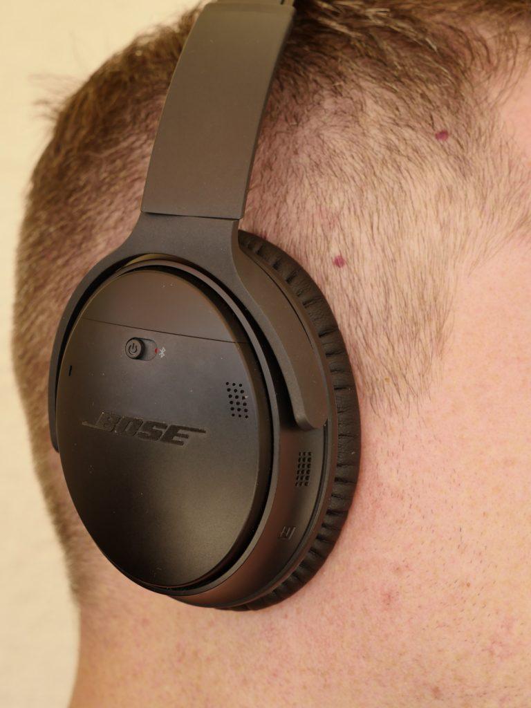 Die geschlossenen Ohrmuscheln umschließen das Ohr komplett.