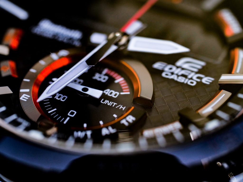 Rote Akzente und plastische Elemente machen die Uhr besonders spannend!