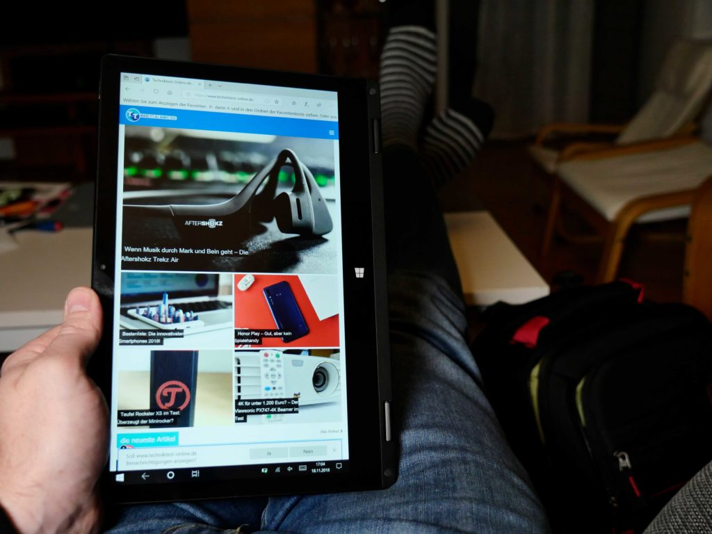 Der Tablet Modus kann praktisch sein, das Gerät ist aber zu schwer um dauerhaft so gehalten zu werden.