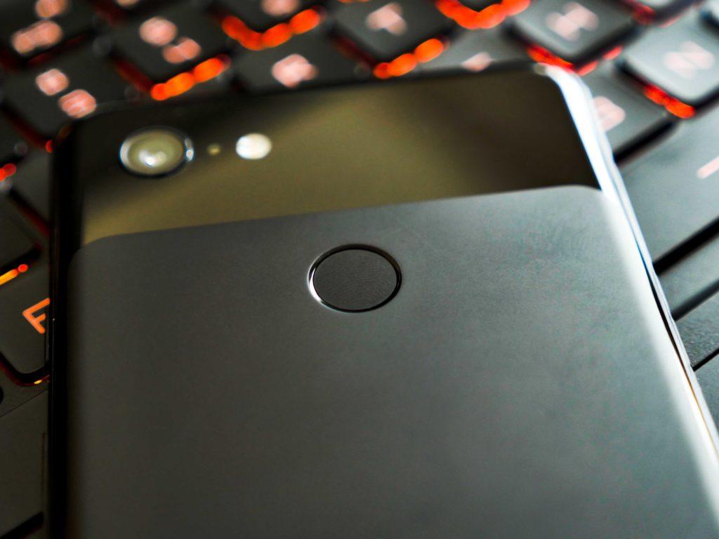 Der Fingerabdruck Scanner - klassisch auf der Rückseite