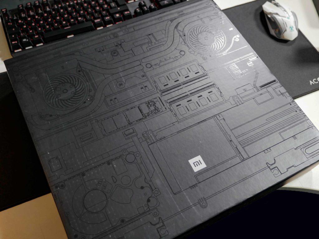Die stylisch gestaltete Verpackung - alles schwarz in schwarz.