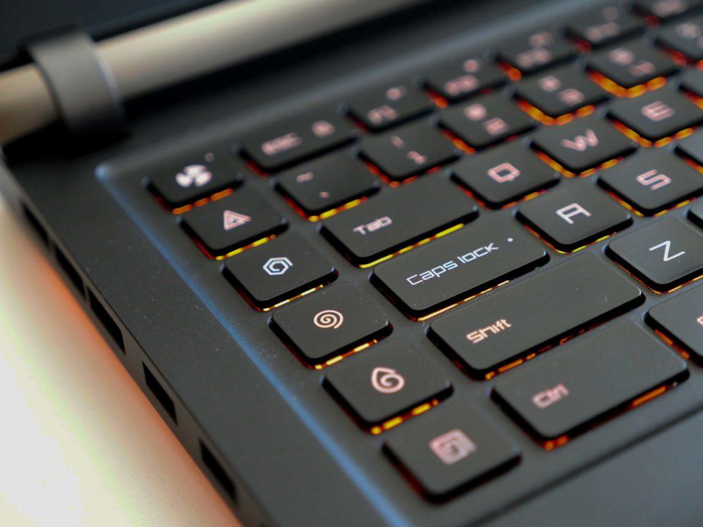 Frei programmierbare Makro Keys und die Gebläse-Turbo Taste ganz oben.