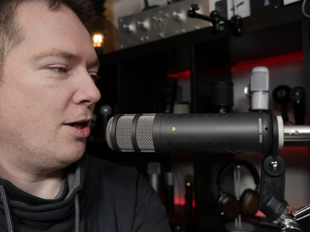Je nach Art der Aufnahme und Art des Mikrofons sind 5 bis 30cm Abstand optimal.