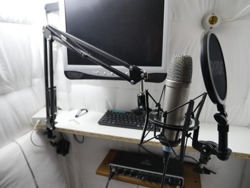 Manchmal im Komplettset erhältlich: Mikrofon mit Arm, Kabel und Popfilter.