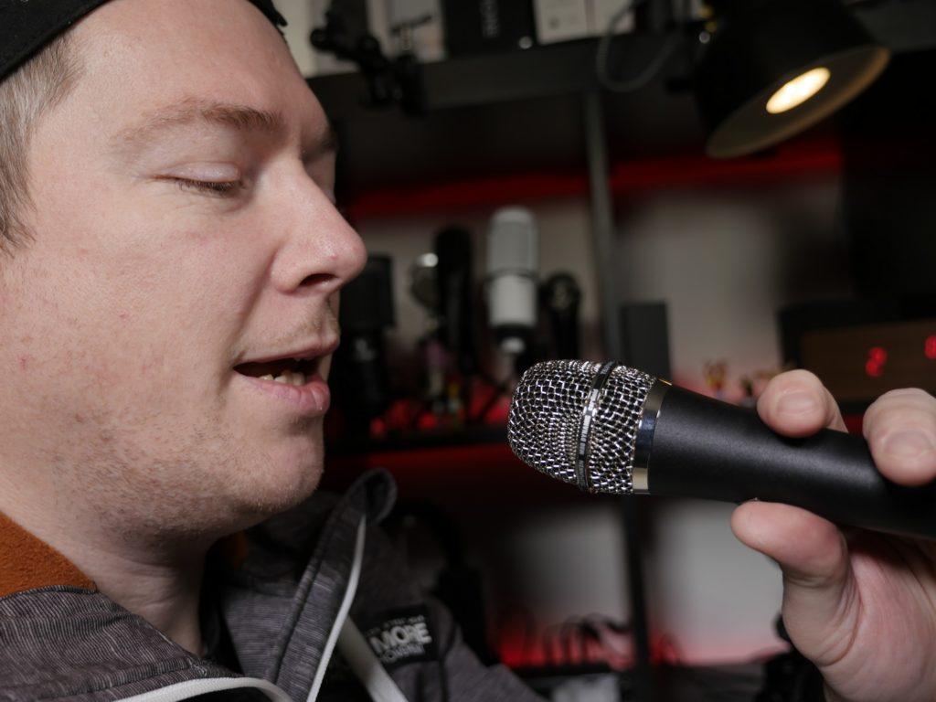 """Beim end-address Mikrofon wird in das """"Ende des Mikrofons"""" gesprochen, oftmals im Fernsehen zu sehen."""