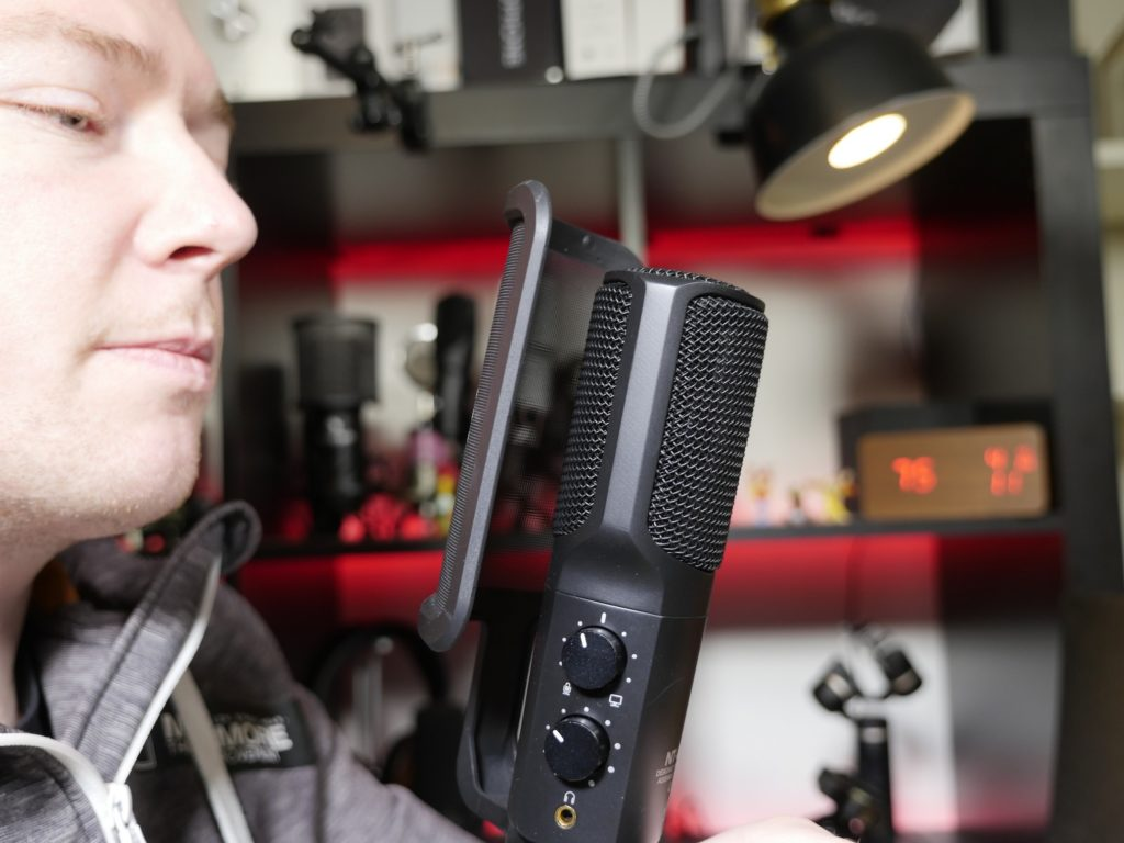 Beim Side-address Mikrofon bespricht man die Seite des Mikrofons. Meist in Studios zu finden.