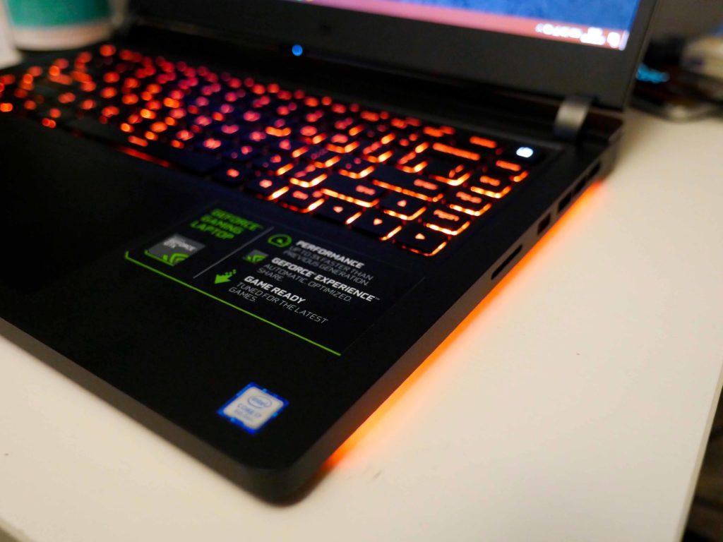 """Die """"Unterbodenbeleuchtung"""" verleiht dem Laptop doch etwas gaming-Feeling"""