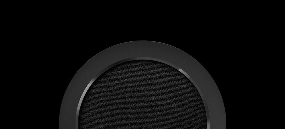 Der Lautsprecher wird von einer polierten Kante eingerahmt