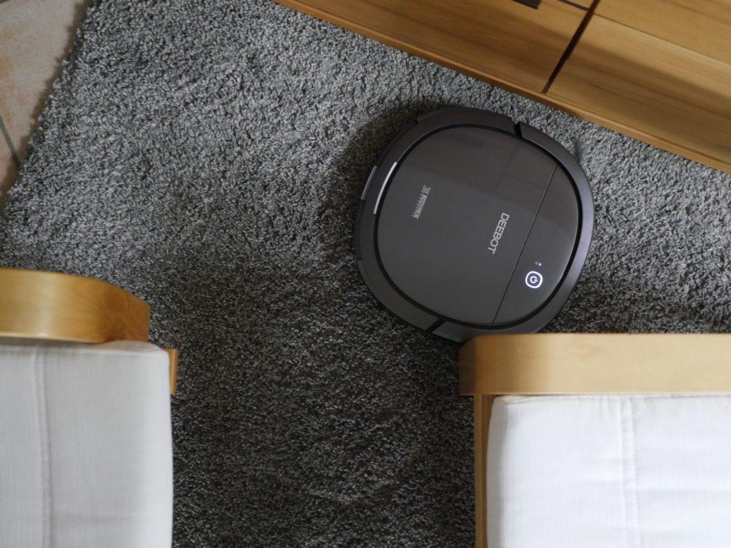 Teppich mit eng stehenden Möbeln verwirrt den Deebot zeitweise