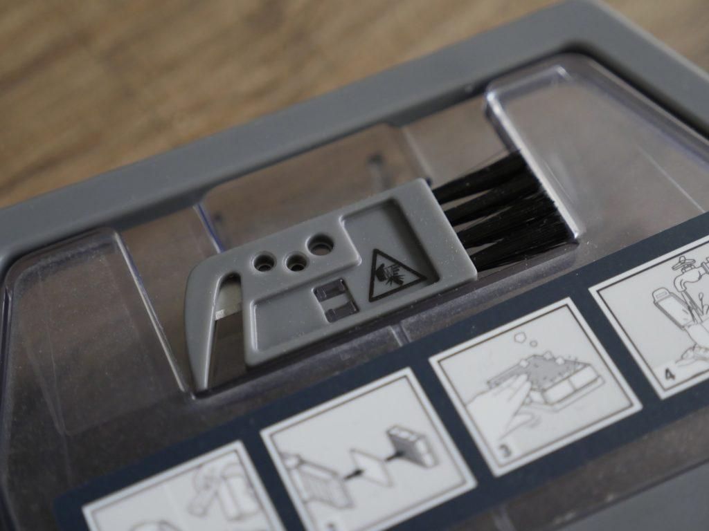 Staubfangbehälter mit integrierter Reinigungsbürste