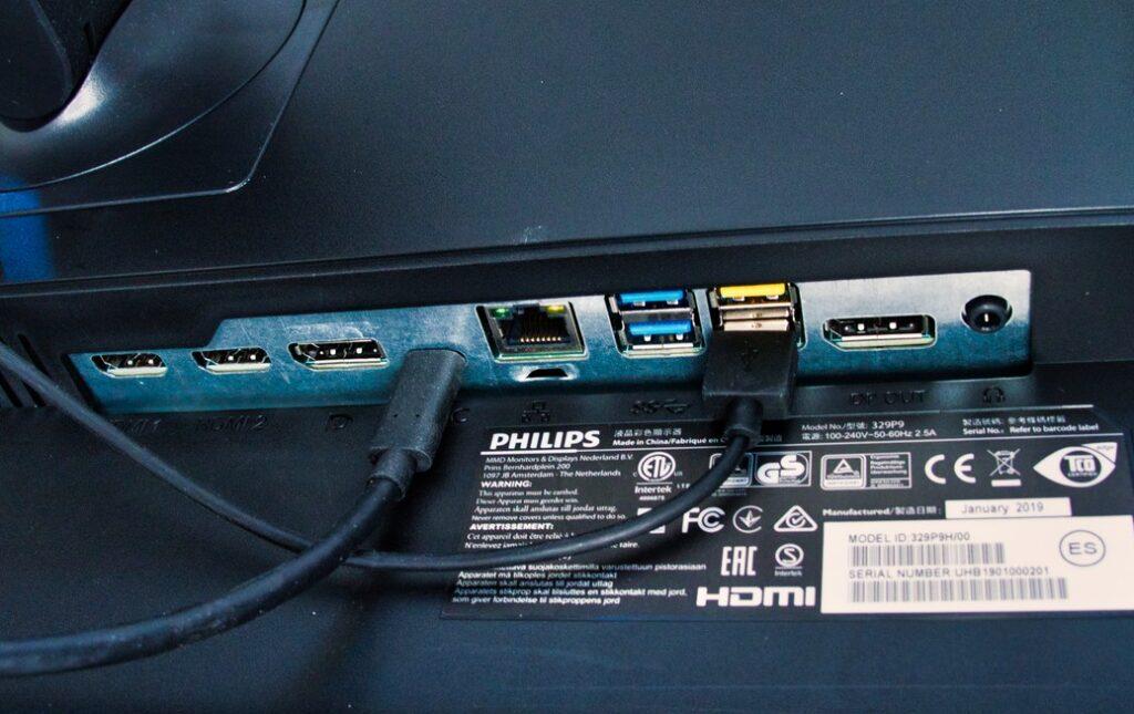 Die Anschlüsse des Philips Brilliance 329P9